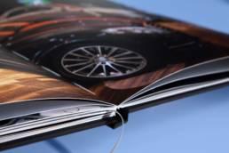 Дизайн брошюры мб-плаза (раскрытый разворот с автомобилем, стоящим в автосалоне)