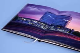 Дизайн брошюры мб-плаза (раскрытый разворот с рекламным видом здания)